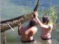 Denis Le Vraux et Pascal Chatelas mettant la barque hors d'eau pour en faire le relevé